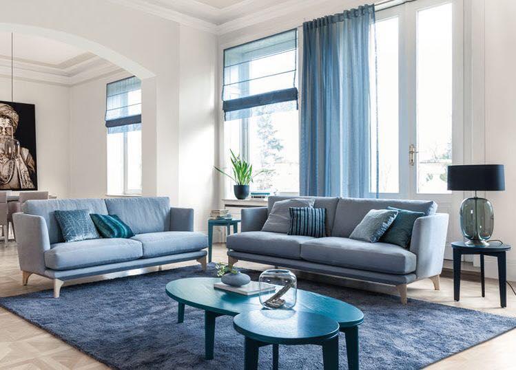 Salon bleu décoration tapis canapé mobilier